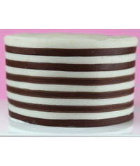 photo How To Decorate the Sides of a Cake with Horizontal Stripes