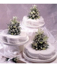 photo Wedding cake with fresh flowers (Lily, Gypsophila, Fern, San Vicente, small roses) wedding cake with filigrees