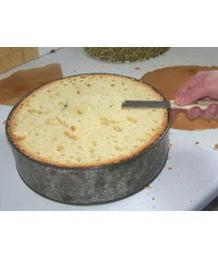 photo  Levelling and Torting a cake in it's tin